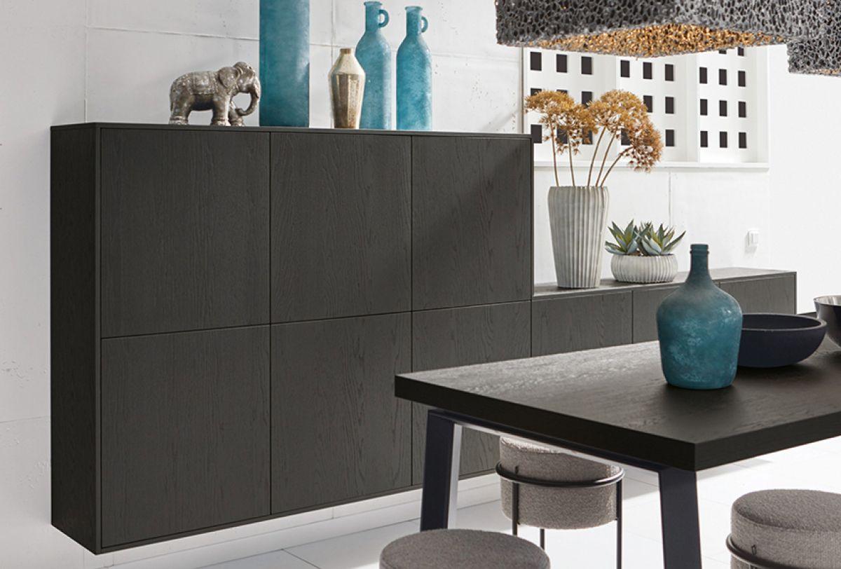 schwarze Küchenmöbel aus Holz