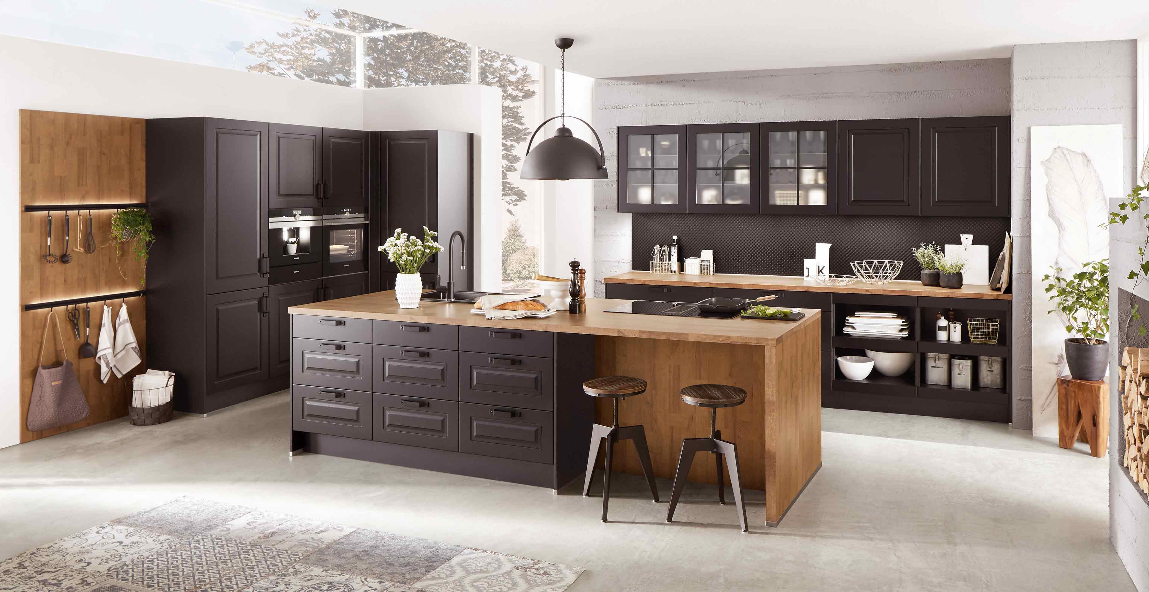 Charmante Landhausküche mit Holz