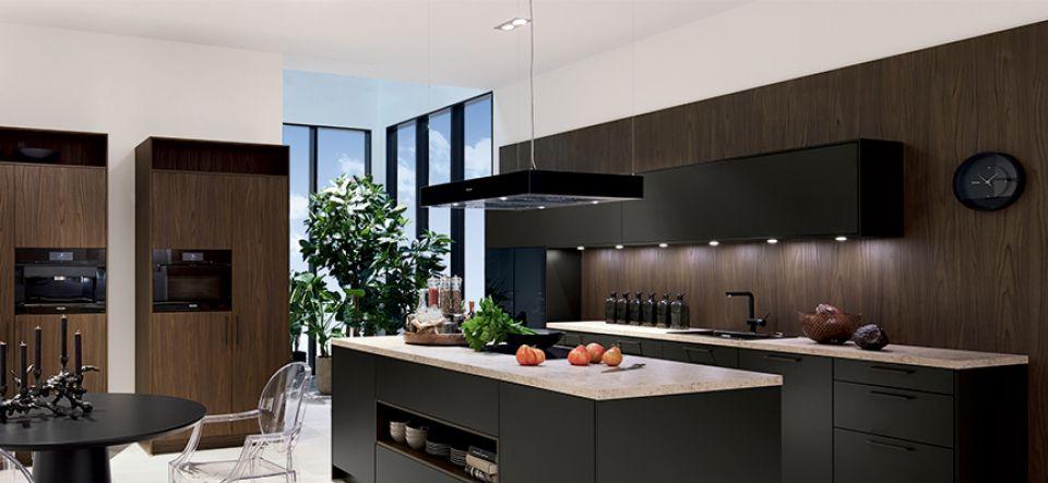 Moderne U-Küche Glas Tec Plus mit Via Lattea – Marquardt Küchen