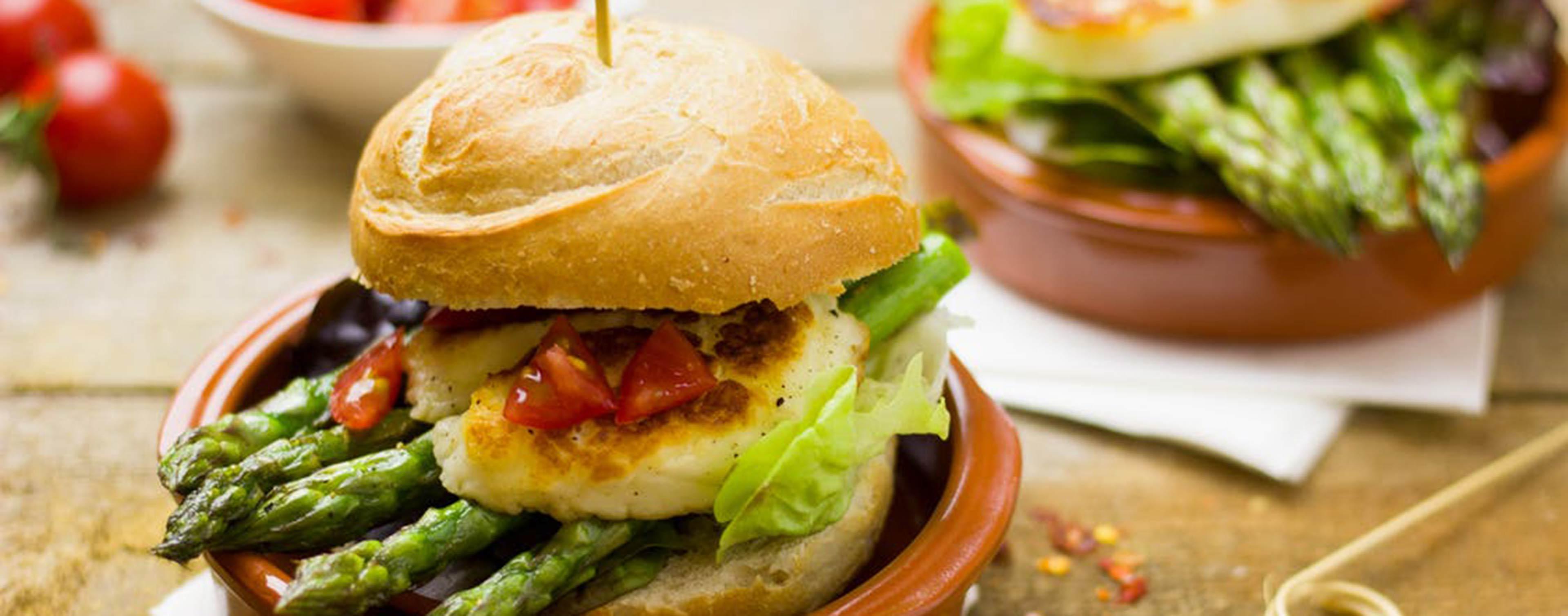 Vegetarischer Burger mit Spargel und Halloumi
