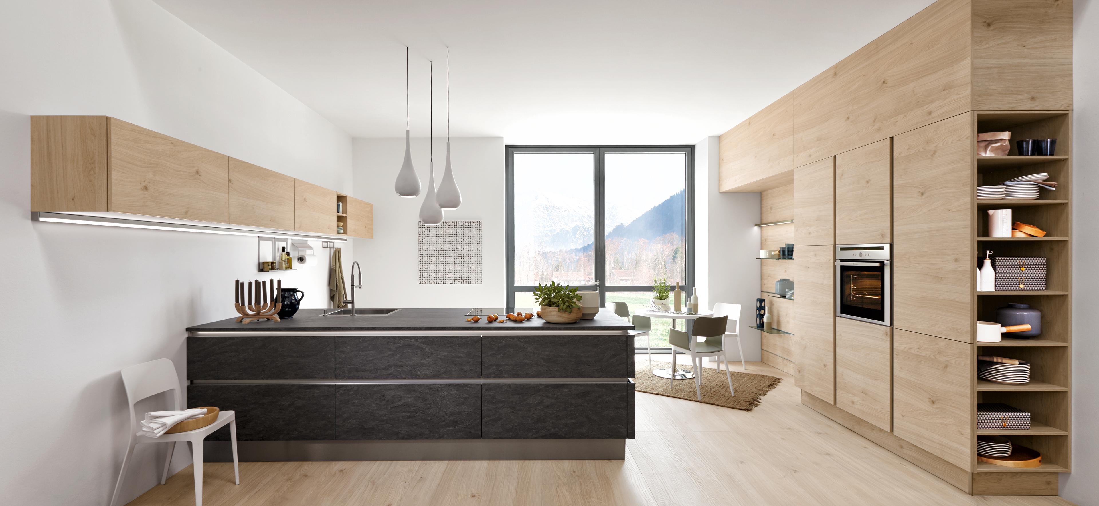 Moderne Inselküche mit Steinoptik