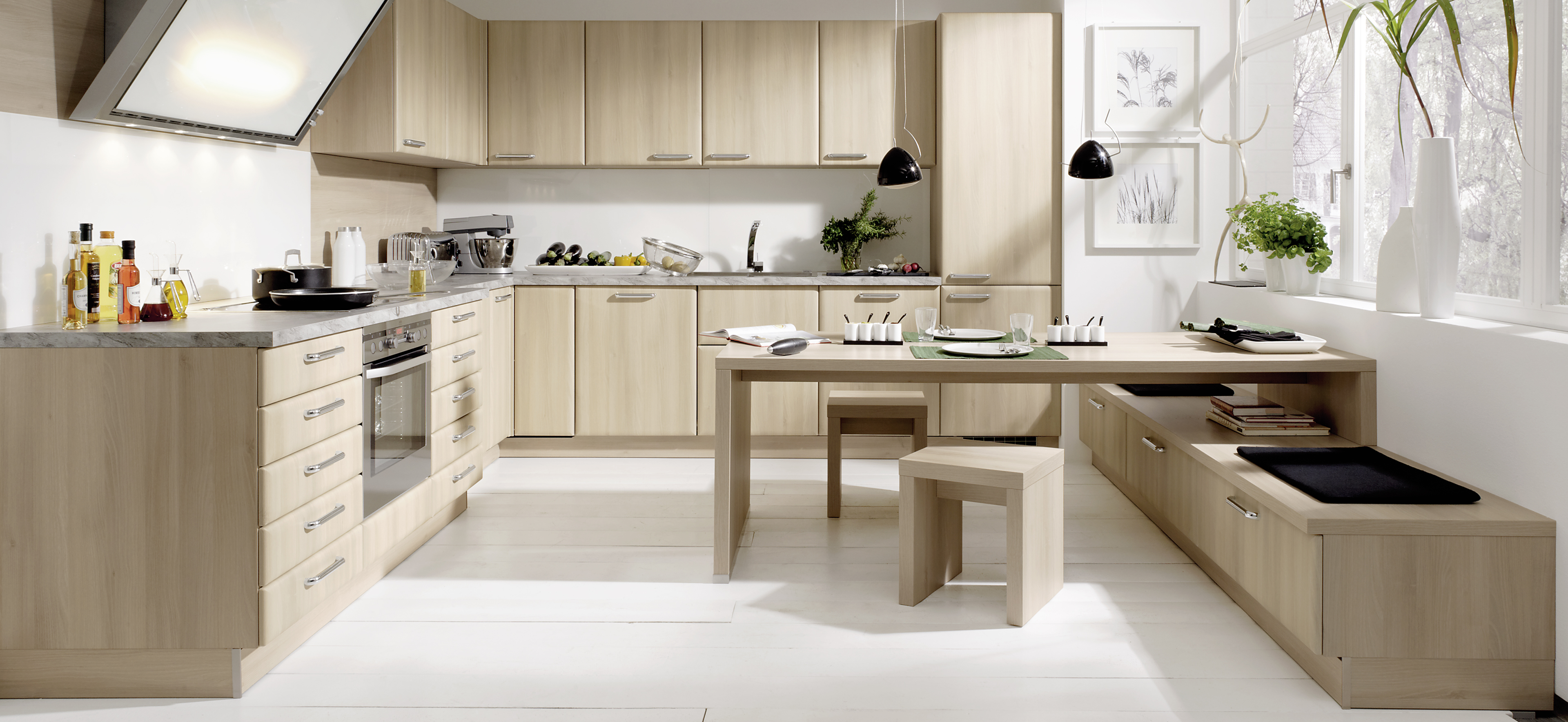 Klassische Landhausküche in heller Holzoptik