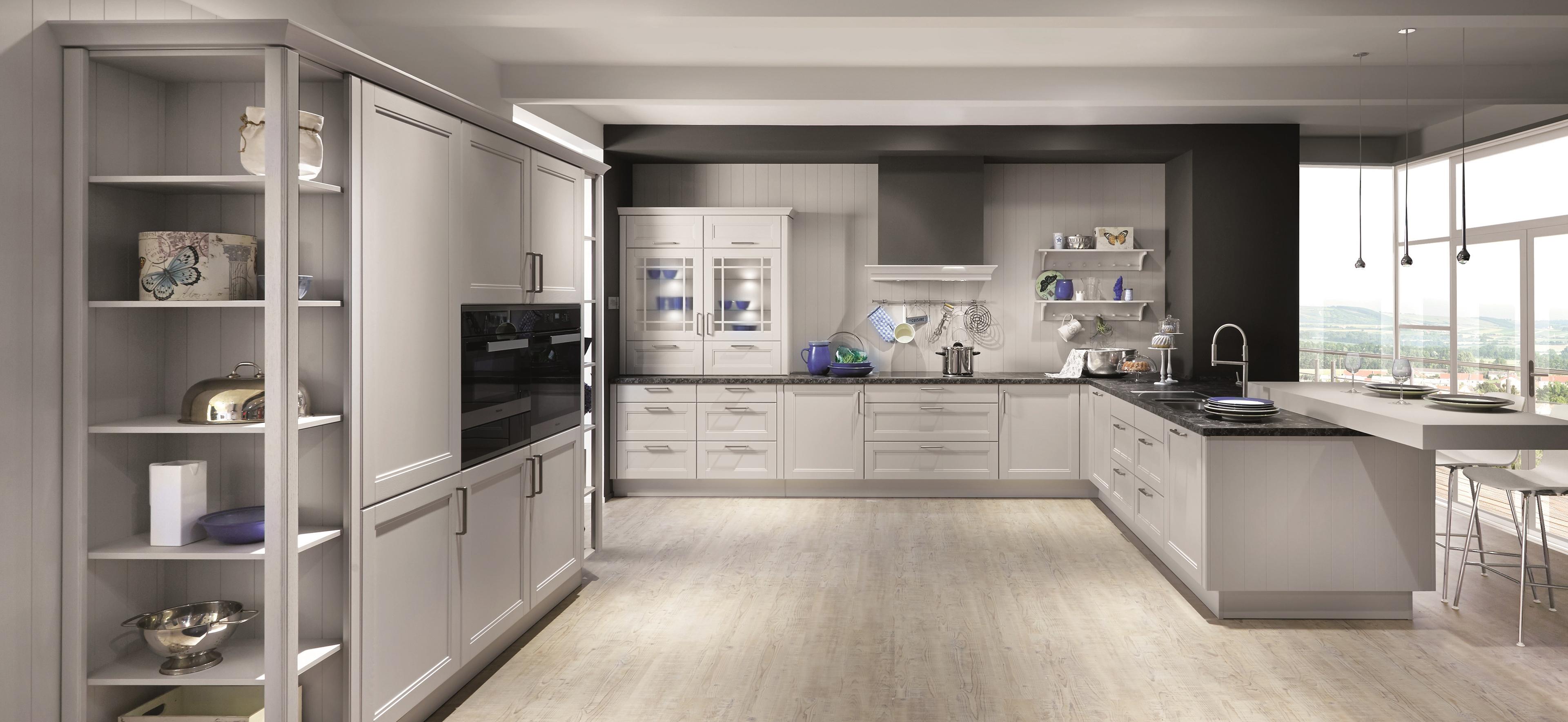 U-Küche mit Rahmenfronten und Kranzleistenprofilen