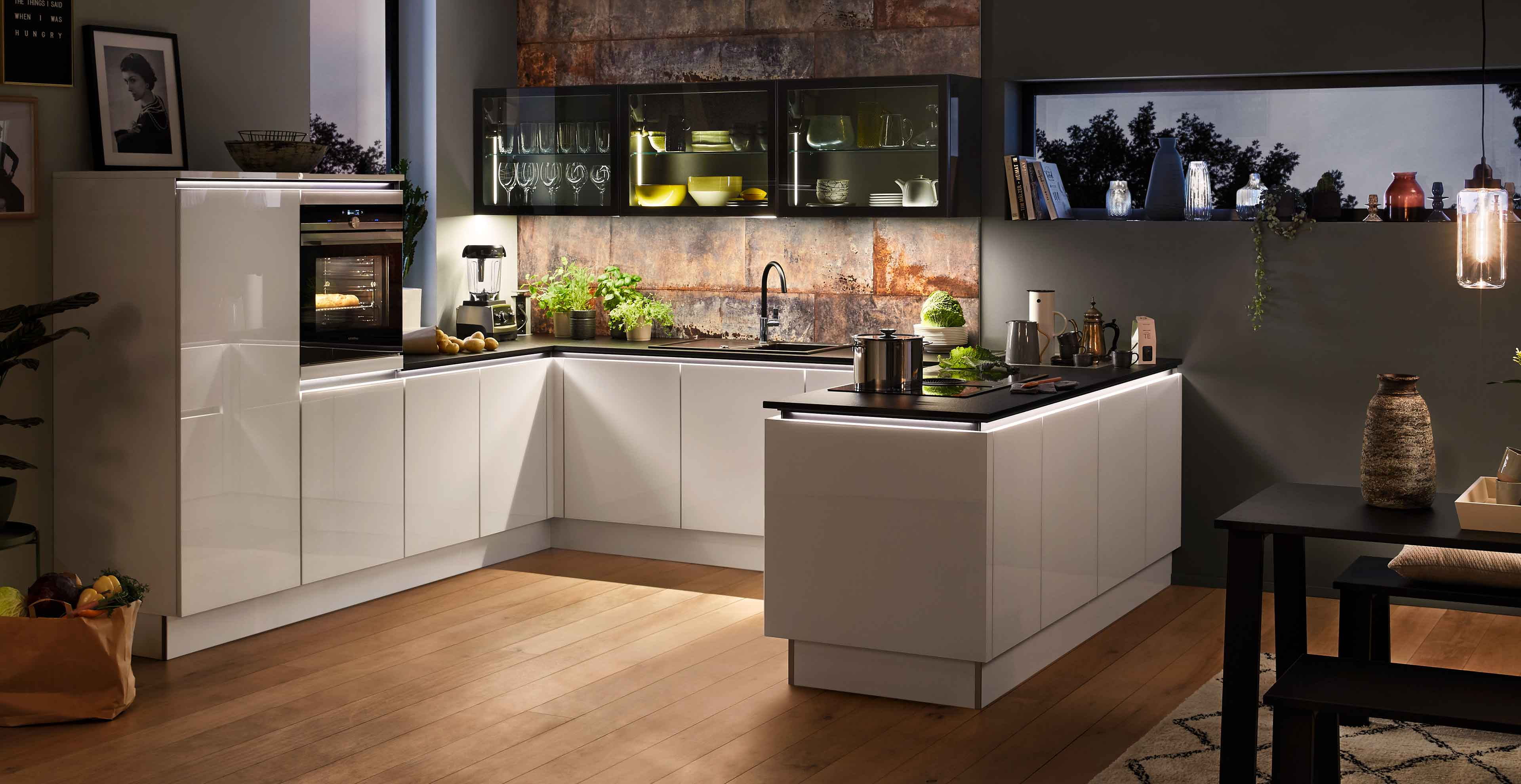 Grifflose U-Küche mit Designglastüren und Naturstein ...